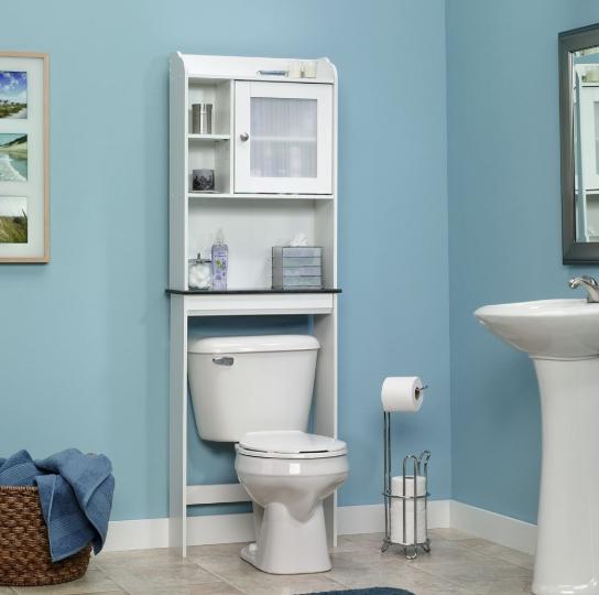 Rak penyimpanan diatas kloset sebagai solusi penyimpanan untuk kamar mandi berukuran kecil