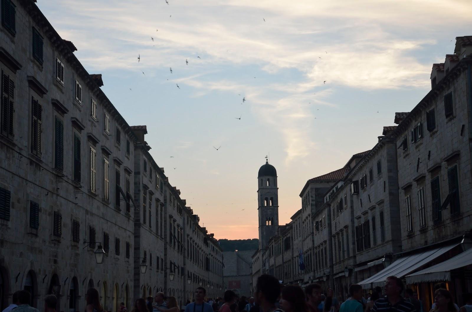 La calle principal de Dubrovnik al atardecer abarrotada de gente