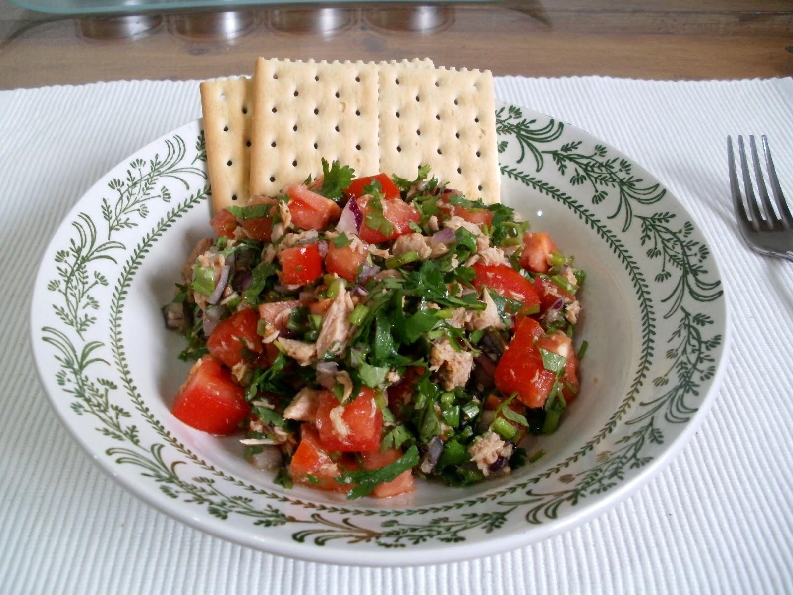 Ensalada de cilantro con tomate y atún
