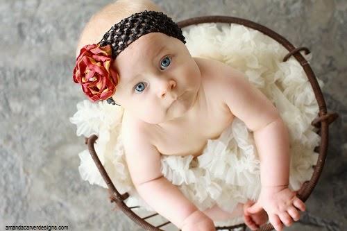 Photo bébé fille adorable  avec yeux bleus