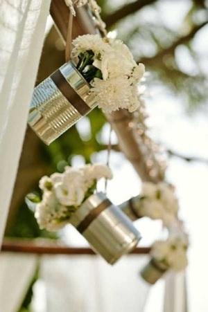 Vas bunga gantung dari kaleng bekas