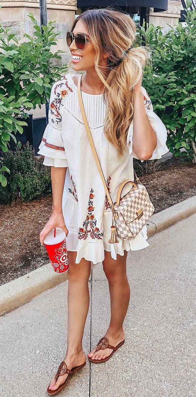 amazing summer outfit / embroidered dress + bag + brown flip-flop
