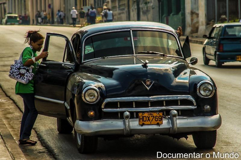 Ruas, casas e carros em Havana; Cuba