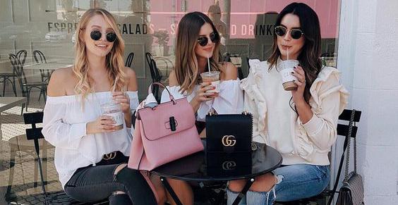 Imagem ilustrativa de 3 amigas no café depois de terem ido às compras