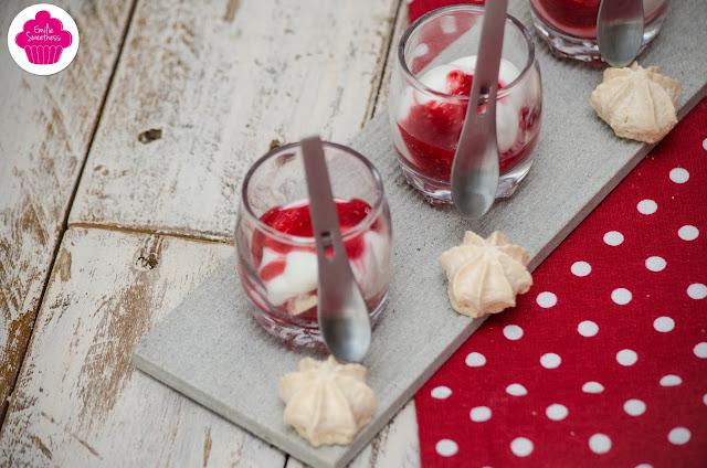 Eton mess à la framboise: verrines de framboises, coulis de framboises, meringues et chantilly