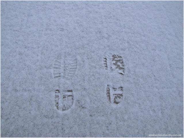Ślady butów na śniegu