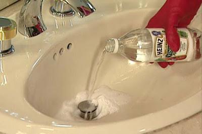 Resultado de imagem para limpando banheiro com vinagre