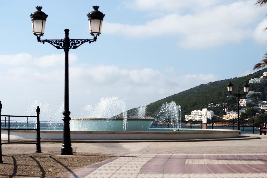 Blog + Fotografie by it's me! - Reisen - La Isla Blanca Ibiza, Santa Erlaria - Laternen und Springbrunnen an der Strandpromenade