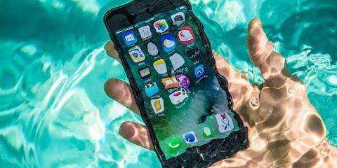 Cara Memperbaiki Smartphone yang Terkena Air