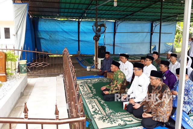 Mendikbud Muhadjir (Muhammadiyah) Pimpin Tahlil di Makam KH Hasyim Muzadi