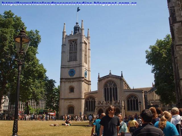 Iglesia de St. Margaret's Church y cola de entrada a la Abadía de Westminster