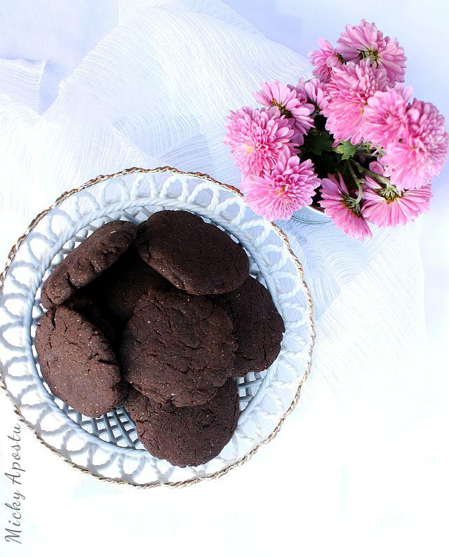 Biscuiti de casa cu ciocolata (reteta de post)