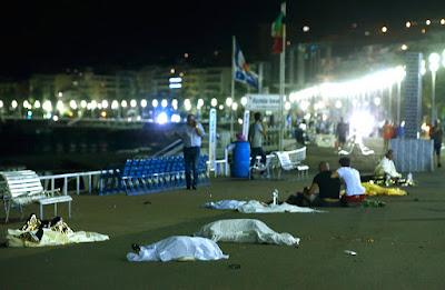 Cadáveres yacen en el lugar del atentado en Niza.Eric GaillardReuters