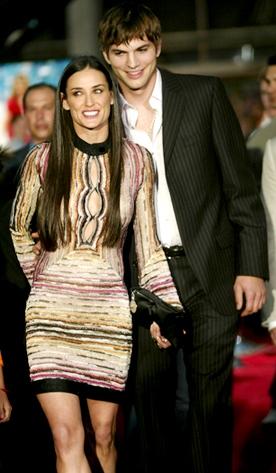 Foto de Demi Moore sonriendo al lado de Ashton Kutcher