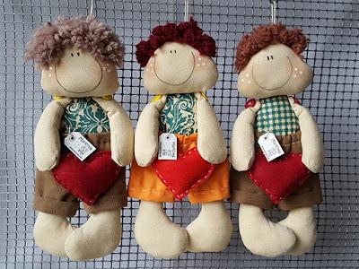Bambole tessuto con cuore cucite a mano