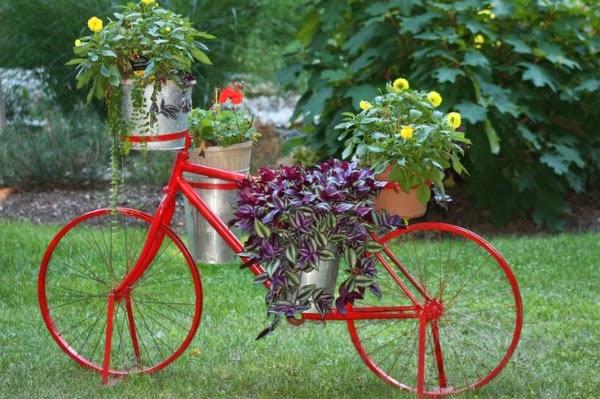 Bicicletas vintage para decorar el jard n guia de jardin for Banderas decorativas para el jardin