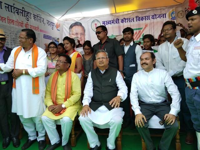 """जशपुर- सीएम रमन सिंह ने कहा """"अमेठी से अधिक विकसित जशपुर"""",राहुल गांधी आकर देखें यहां का विकास।"""