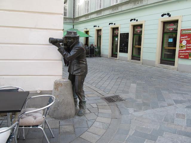 Estatua de un paparazzi (Bratislava) (@mibaulviajero)