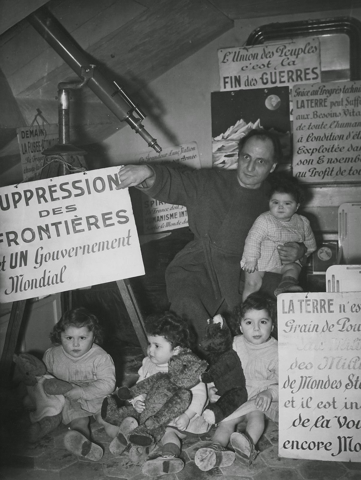 Pierre Salkazanov a la izquierda en la imagen, junto a su padre y sus hermanos en la buhardilla en la que vivía en la calle de Sèvres en París a comienzos de los años 50