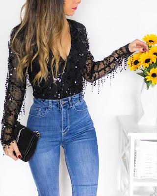 blusa de lentejuelas con encaje negra con jean de mezclilla slim fit