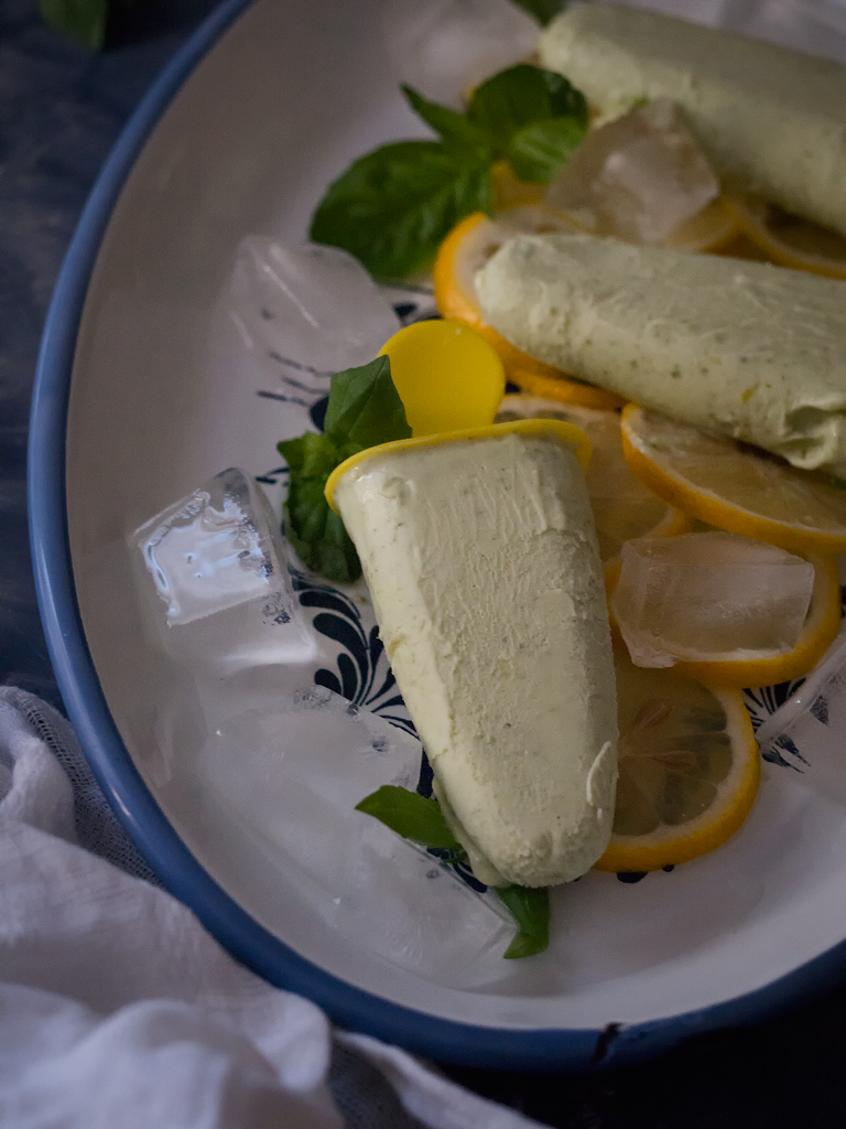polos-cremosos-de-limón-y-albahaca