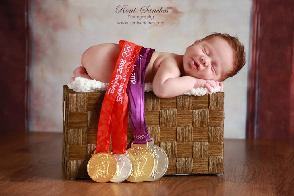 newborn, bebê newborn com medalhas olimpicas, filho jaqueline e Murilo do volei