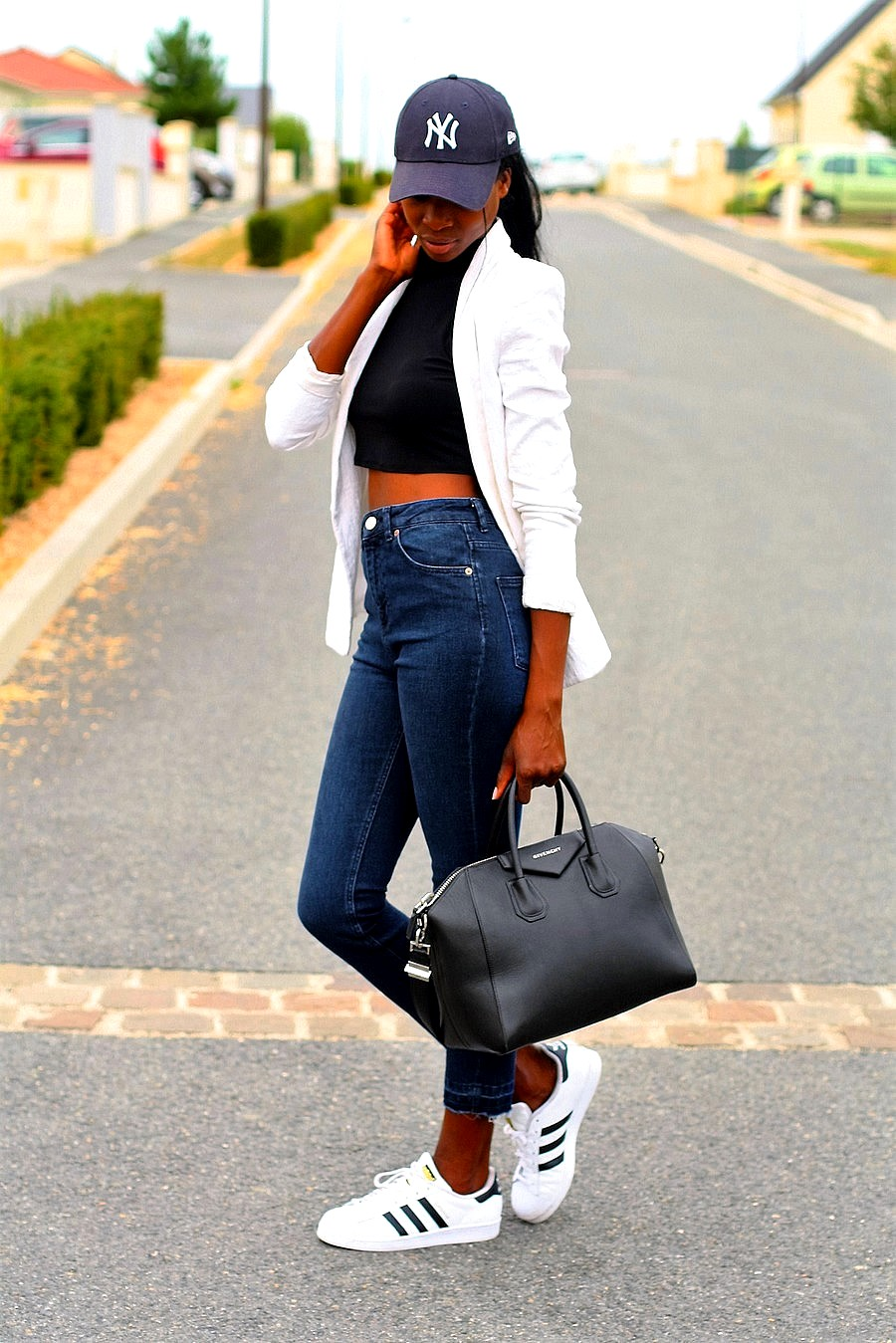 outfit-sport-chic-blazer-blanc-crop-top-jeans-taille-haute-casquette-new-era-sac-givenchy-antigona