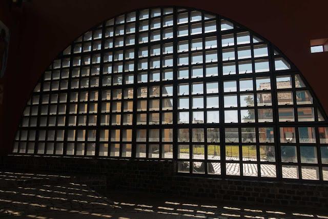 Uma janela do Memorial da Cidade de Curitiba