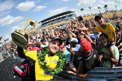 O campeão com a galera (Rodrigo Ruiz/Copa Truck)