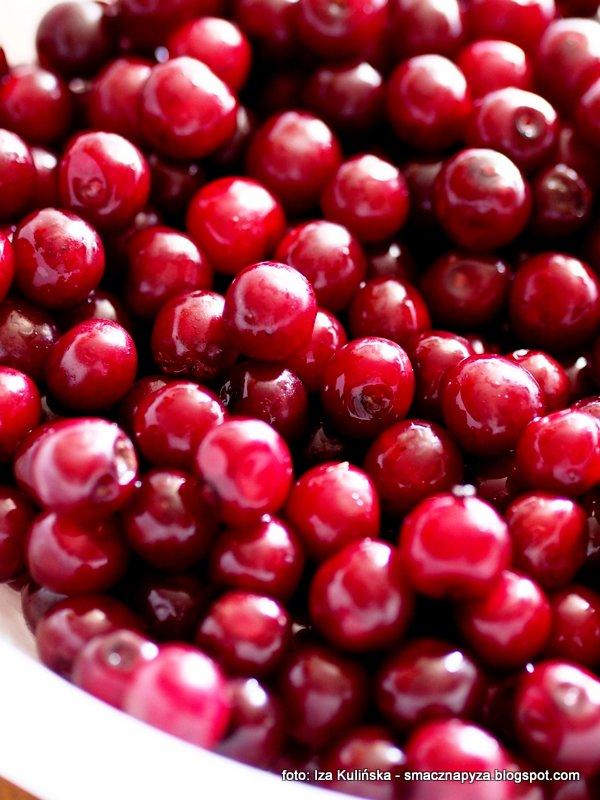 wisienki, owoce wisni, nalewka wisniowa, wisniowka, drylowanie, pestki z owocow, czerwone kulki, soczyste wisnie, sok z wisni