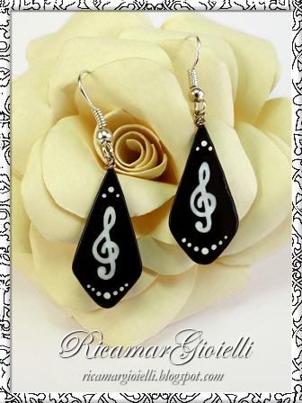 Orecchini a goccia realizzati con lo smalto per unghie e decorati con chiavi di violino