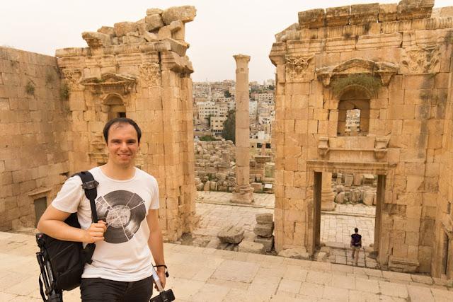 Alberto en las escaleras de entrada al templo de Artemisa en Jerash