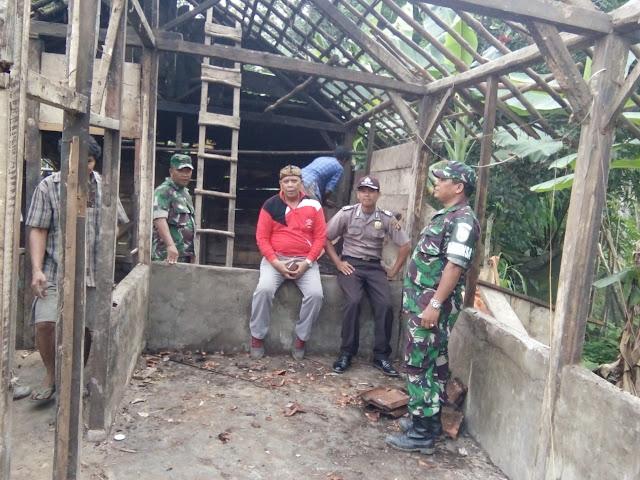 Warga Bersama TNI dan Polri Lakukan Bedah Rumah Kakek Tasir