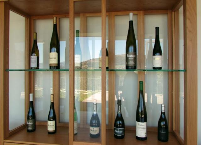 garrafas de vinho expostas na Quinta de Soalheiro