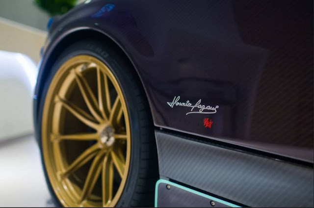 Las ruedas tienen un acabado en oro
