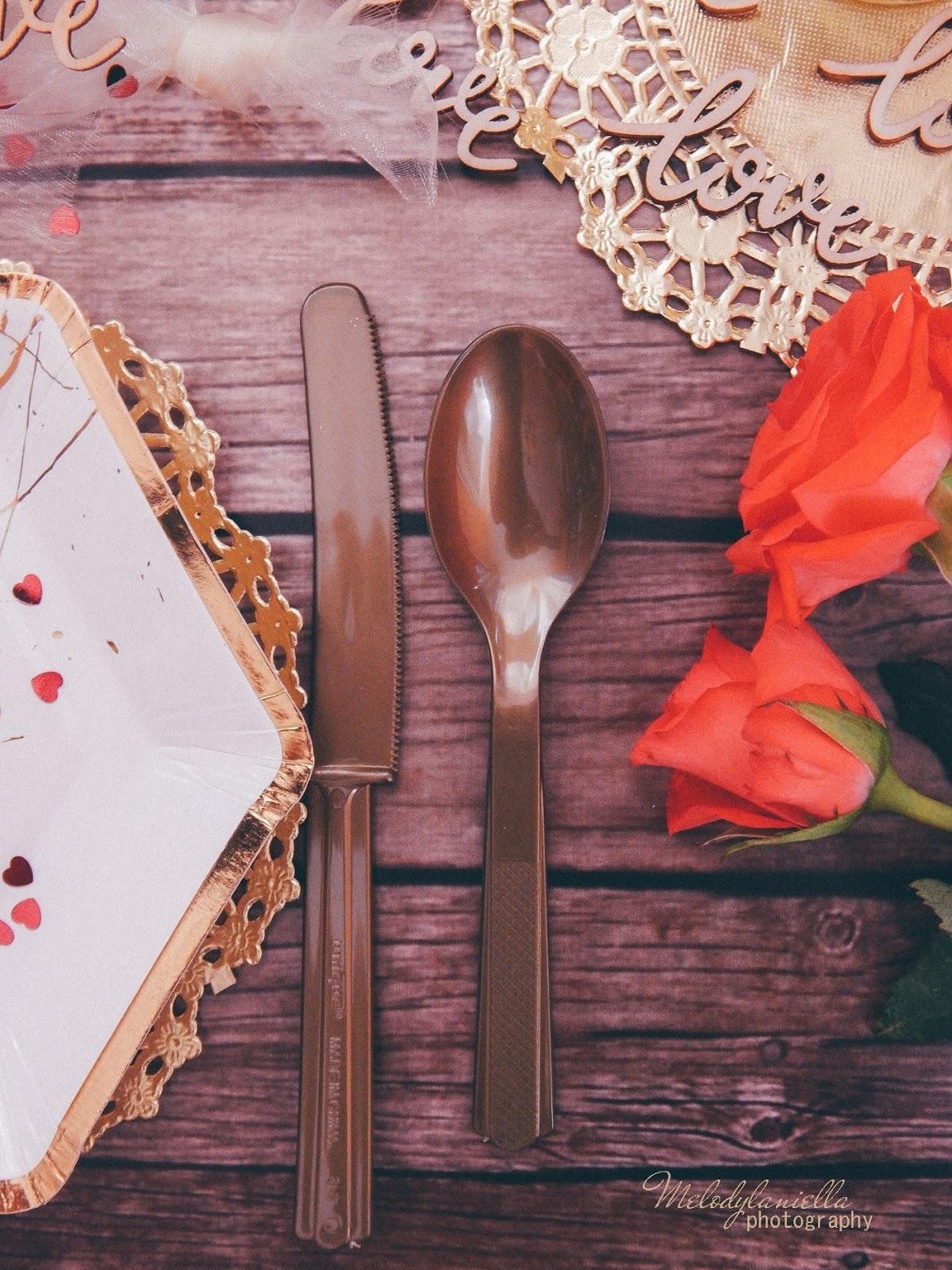 15 złote dodatki dekoracyjne ażurowe serwetki jednorazowe talerze dodatki na imprezu urodziny wieczór panieński pomysły złote konfetti serca marmur złoto kieliszki zastawa talerze