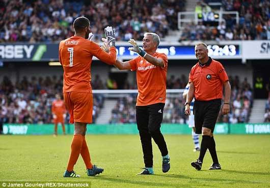 Chết cười xem Mourinho xỏ găng bắt gôn 1