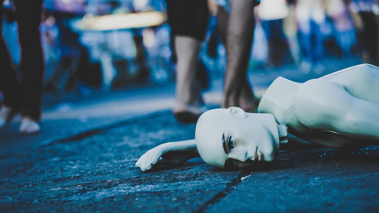 Maniquí arrojado en la calle