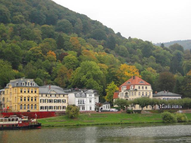 Mansões às margens do rio Neckar
