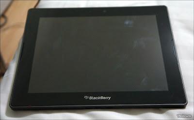 """La Tablet BlackBerry PlayBook de 10 pulgadas se ha dicho que se lanzará este año. Según Mike Al Mefleh, director de producto y gestión de BlackBerry la cual puede que veamos en el mes Junio. """"Tenemos muy claro el nuevo camino de la empresa, La compañía pondrá en marcha seis nuevos dispositivos adicionales en 2013 """", dijo Al Mefleh y añadió que la nueva PlayBook de 10 pulgadas está incluida entre esos seis nuevos dispositivos que llegarán al mercado esté año. El Tablet BlackBerry PlayBook que se encuentra en la actualidad todavía está programada para recibir una actualización para el"""