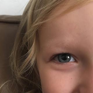 sourire des yeux d'une petite fille