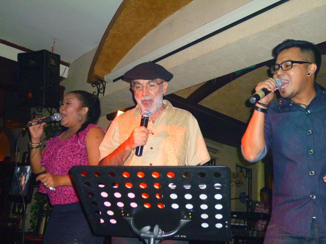 Cantando en el Pisa Cafe de Jakarta