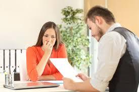 mulher nervosa em entrevista de emprego