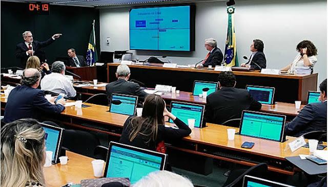 Investimento em Ciência e Tecnologia caiu de R$ 8,4 bilhões para R$ 2,7 bilhões.