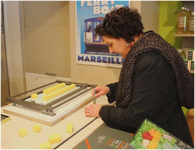 Estampillonage de savon parfumé - Les Savons de Saint Victor, Marseille - Blog beauté Les Mousquetettes