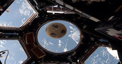 اسا تنشر صورة لكرة قدم ارتطمت بزجاج المحطة الفضائية الدولية .. تفجر مفاجاه كبيره حول الامر !