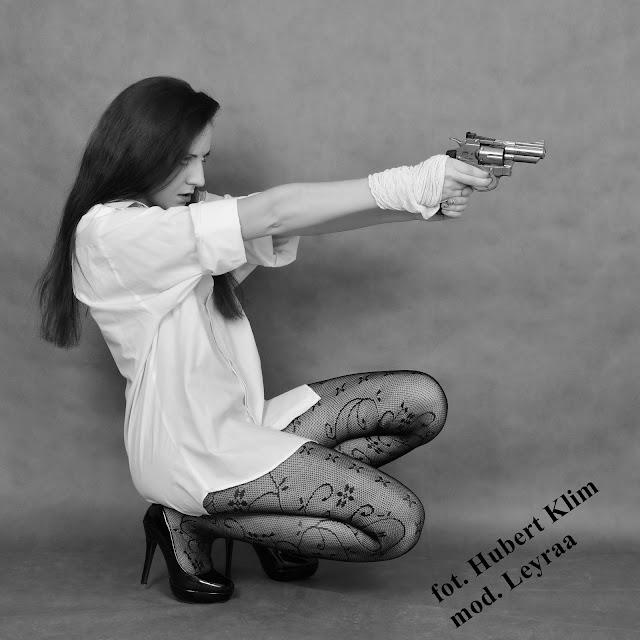 3.11.2015 Sesja z bronią w studiu, Koszula męska biała, koronkowe rajstopy, czarne lakierowane szpilki