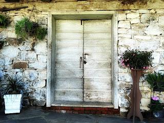 Casa Centenária de Nova Bréscia, RS. Porta de madeira do primeiro piso, de pedra.
