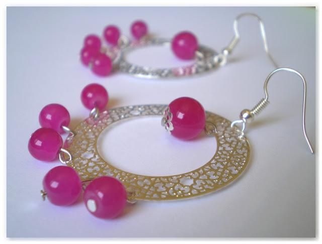 créoles argentées et perles roses flashies