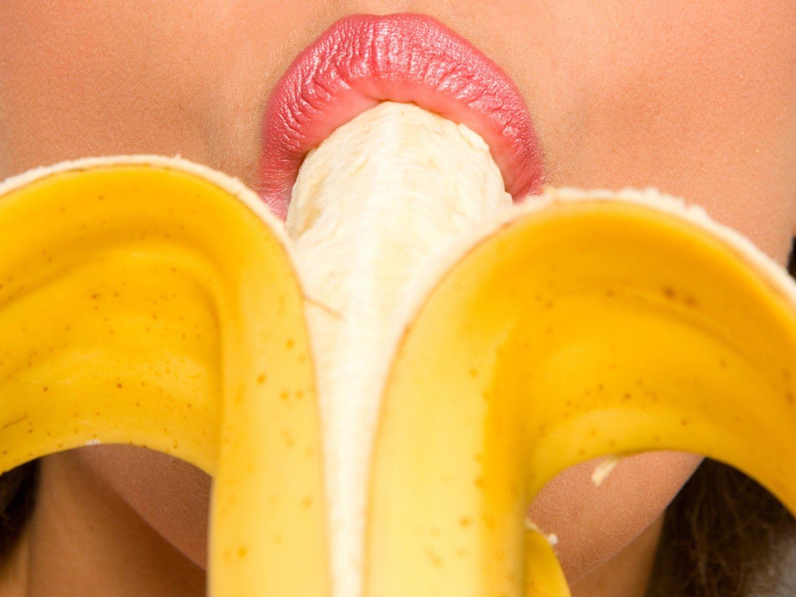 хотел поскорей извращенец бананом без кожуры трахает в задницу девушку новой